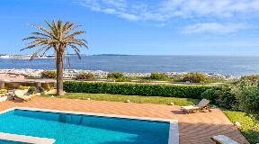 Moderna villa en venta en primera línea del mar de Ciutadella en Menorca
