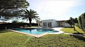 Villa ideal en primera línea de playa en Calan Brut con acceso directo al mar
