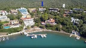 Villa moderna con acceso a dos calles con vistas al puerto de Mahón