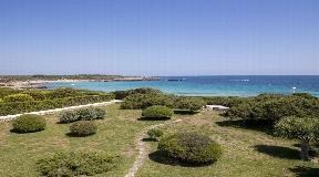 Exclusiva villa en primera línea en Ciutadella en Menorca con acceso directo al mar