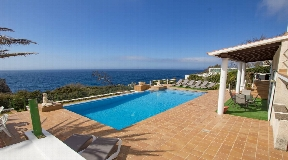Impresionante y magnífico chalet en primera línea de mar en venta en Menorca