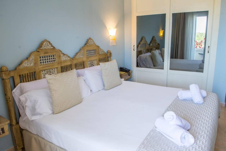 Magníficos hoteles de 3 estrellas en Calan Porter con magníficas vistas al mar