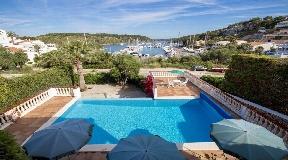 Fantástica villa de dos plantas en el puerto deportivo de Addaya en Menorca