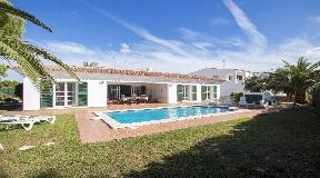Preciosa Villa en venta en Menorca a poca distancia de una playa de arena en Arenal