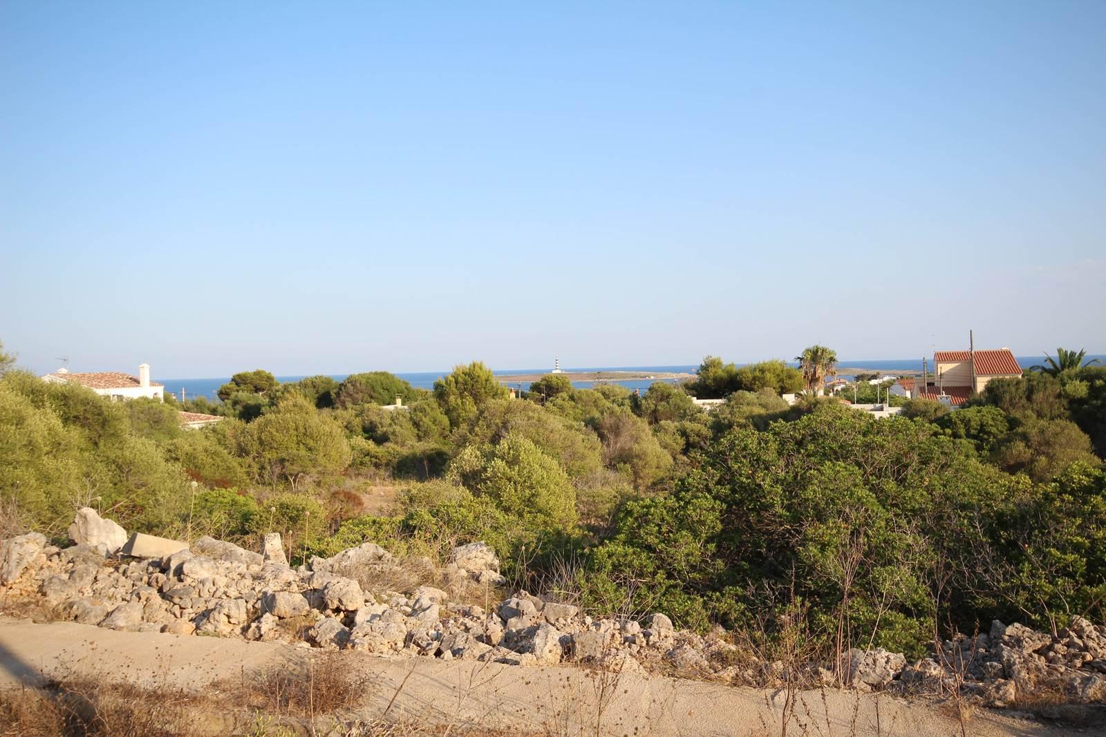 Amplia parcela en la localidad costera de Punta Prima en Menorca