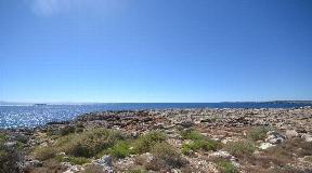 Maravillosa terreno grande directamente en la soleada playa de Cala Blanca