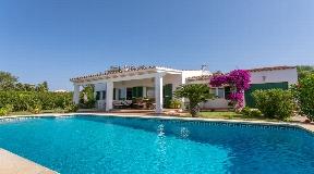 Magnífica villa en buen estado en venta con jardín en Binisafua Playa