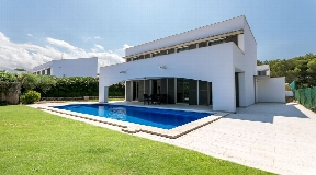 Casa única en venta con piscina y licencia turística en una zona tranquila en Addaia