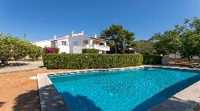 Gran villa en venta con piscina y jardín cerca de Mahón