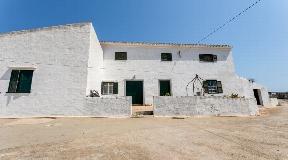 Atractiva propiedad en venta con vistas al mar al sur de Sant Climent
