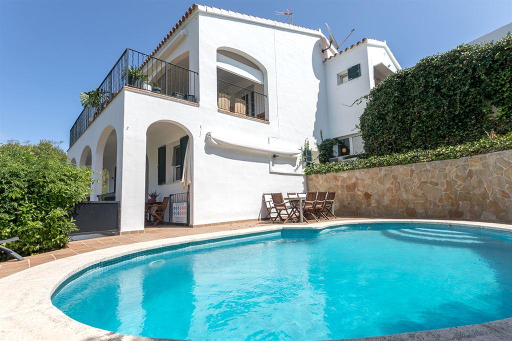 Impresionante villa en venta con licencia de alquiler turístico en Cala Llonga