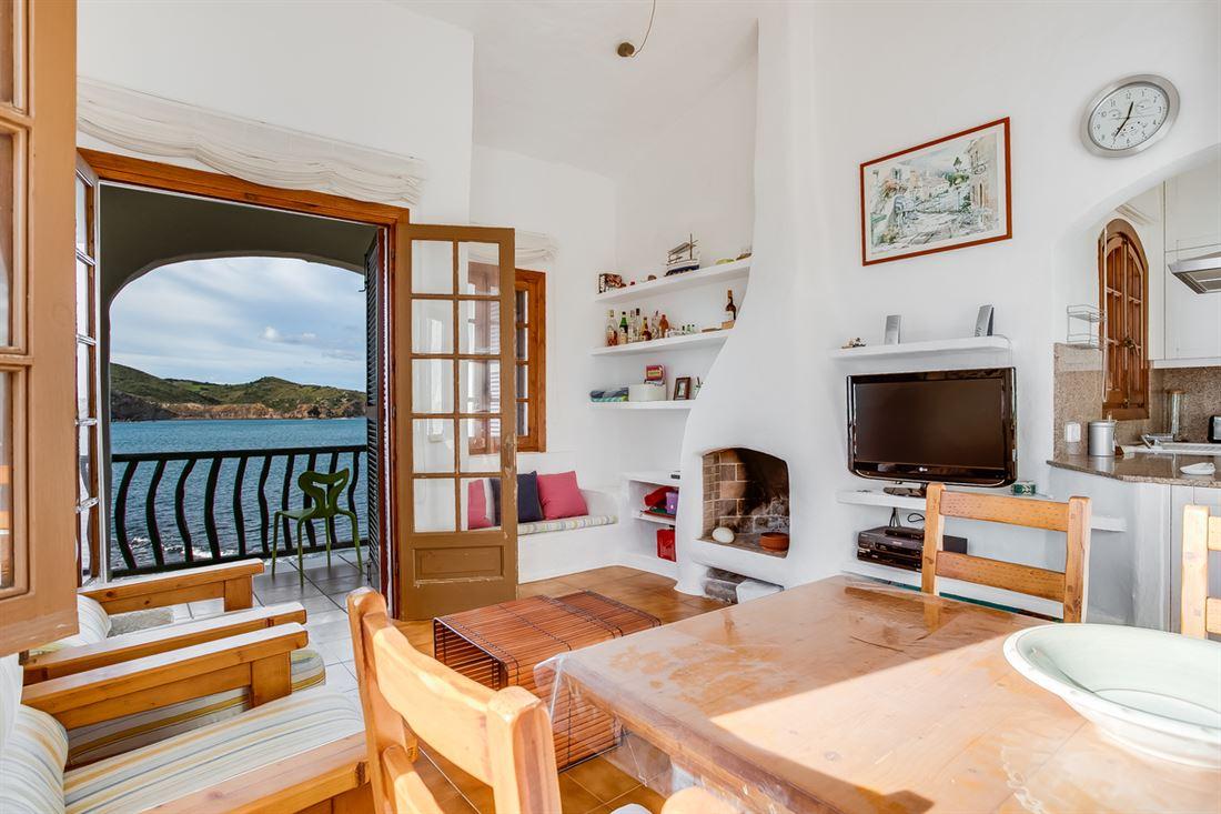 Apartamento en primera línea en venta en Playas de Fornells con licencia de alquiler