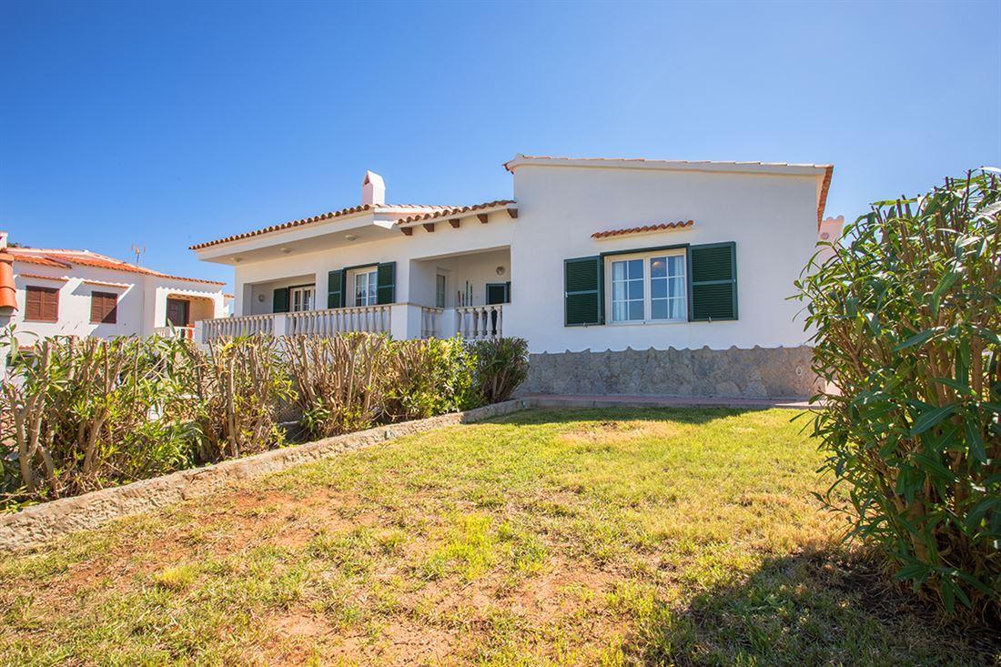 Amplia villa con vistas al mar y mucho potencial en una tranquila zona residencial en Port Addaia