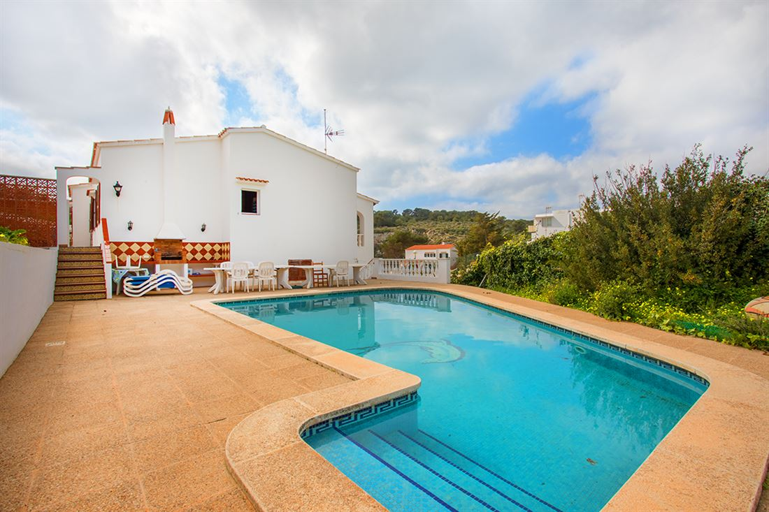 Excelente oportunidad en Cala Canutells - Amplia casa unifamiliar con piscina, jardín y vistas al mar en primera línea