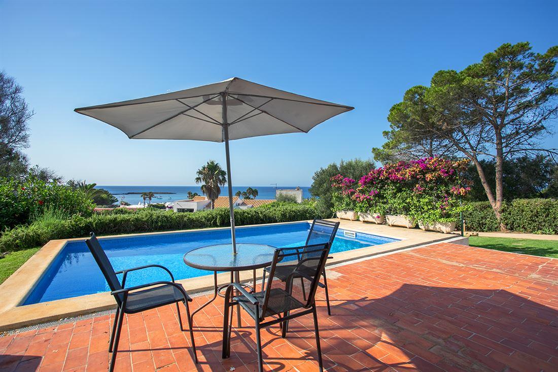 Encantadora propiedad con piscina e impresionantes vistas al mar, idealmente ubicada a solo 5 minutos de la playa